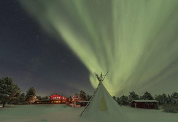 Aurore sur le lodge Aurora en Laponie